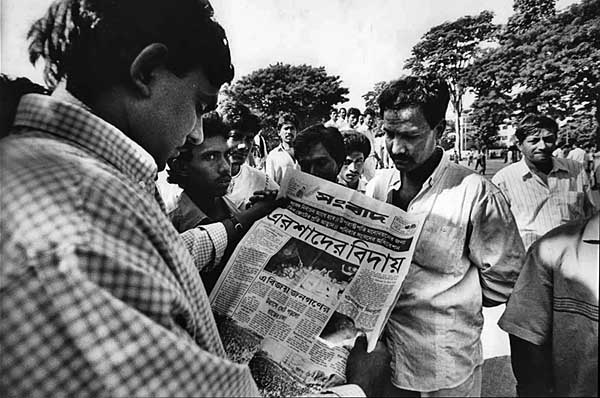 people-reading-newspaper-after-fall-of-ershad-c-althaf-hossain.jpg