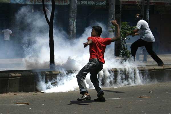 munir-student-and-teargas-low-08222007130646.jpg