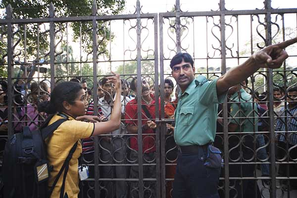 rabeya-trying-to-open-gate-to-police-station-4310.jpg
