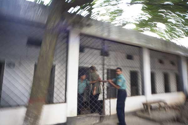 shekhar-being-put-into-custody-4303.jpg