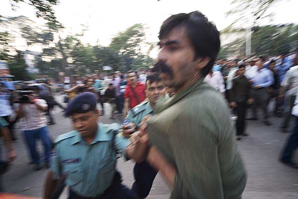 shekhar-being-taken-into-custody-for-trying-to-stop-homebound-4293.jpg