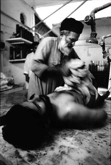 edhi-bathing-fahim-commando.jpg