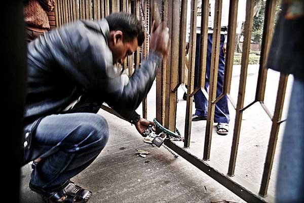 police-breaking-museum-lock-8277.jpg