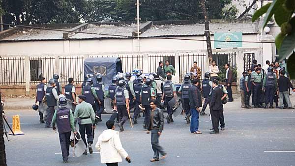 riot-police-leaving-museum-0573.jpg