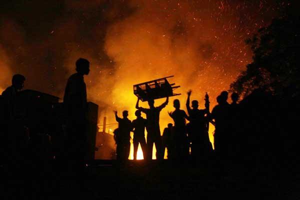 fire-in-slum-in-rayer-bazar-1712-px-600.jpg