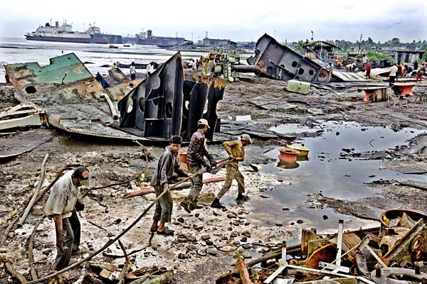 Shujon and co-workers wading through toxic waste as they pull ship parts into the yard. 8th August 2008. Chittagong. Bangladesh ? Shahidul Alam/Drik/MW/Dagbladet