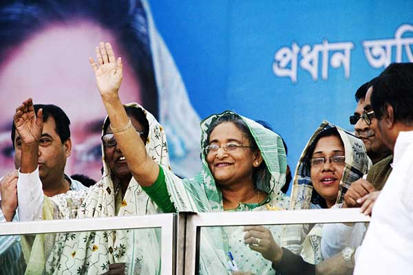 Apart from briefly emerging above the bullet proof glass, Sheikh Hasina chose to shelter behind her see-through armour during the rally at Paltan Maidan on the 26th December 2008. Dhaka. Bangladesh. © Shahidul Alam/Drik/Majority World
