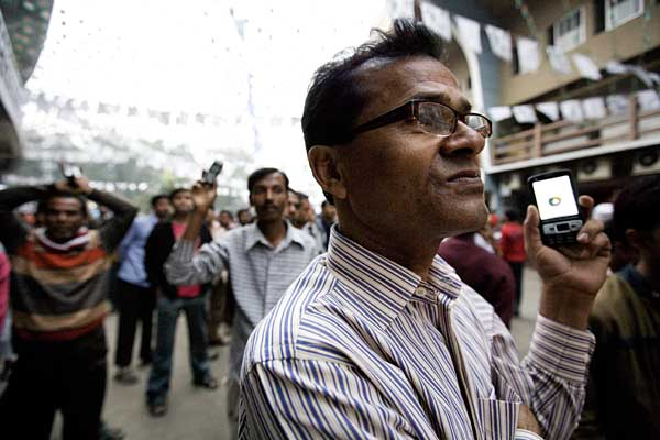 Many people recorded the speeches of their leaders and took videos of the rallies using mobile phones. By Dhaka Stadium. 27th December 2008. ? Shahidul Alam/Drik/Majority World