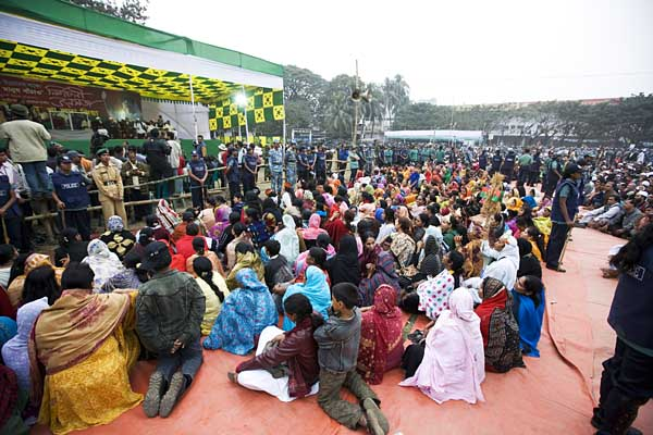 Relatively few women attended the pre-election rally of Khaleda Zia. The female attendance at Sheikh Hasina's rally the earlier day, while larger than at Khaleda's was still low. Paltan Maidan. Dhaka. Bangladesh. ? Shahidul Alam/Drik/Majority World