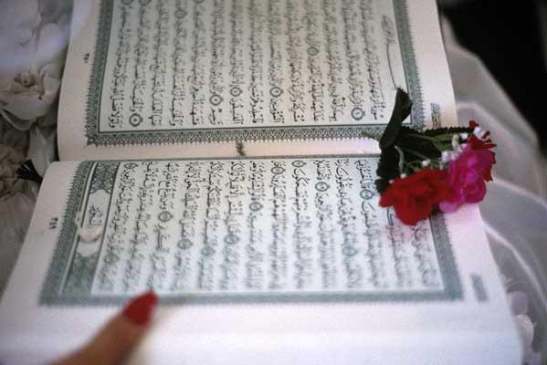 Le mariage d'Akram avec le Coran entre ses mains,  Ispahan, Iran, Juillet 1996. Isabelle Esraghi