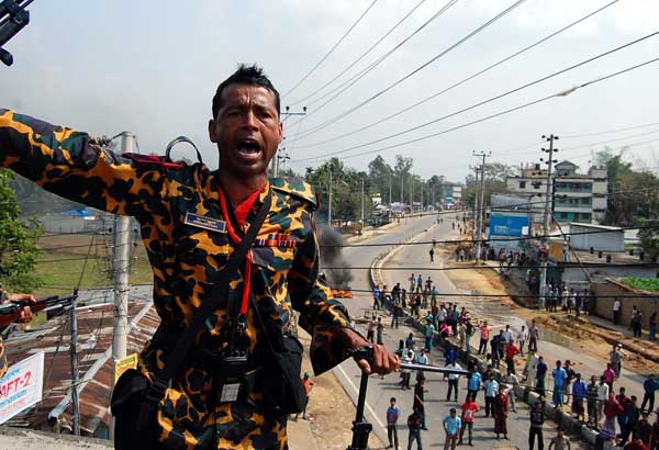 As the conflict spread, rebel BDR soldiers took position with heavy guns in Sylhet BDR camp. 26th February. Sylhet. Bangladesh. A H Arif/DrikNews